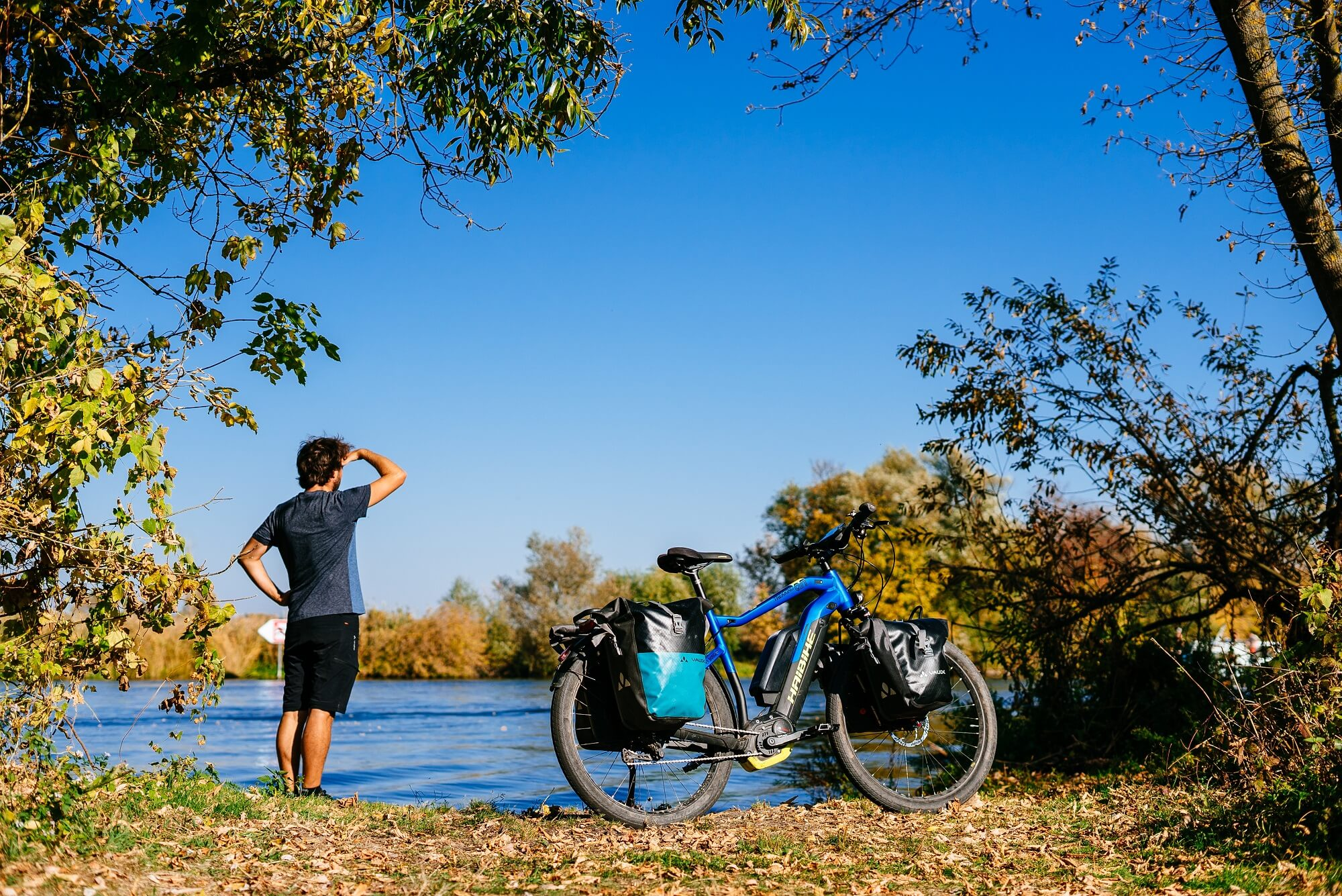 Haibike Hero Maximilian Semsch in front of a lake in autumn