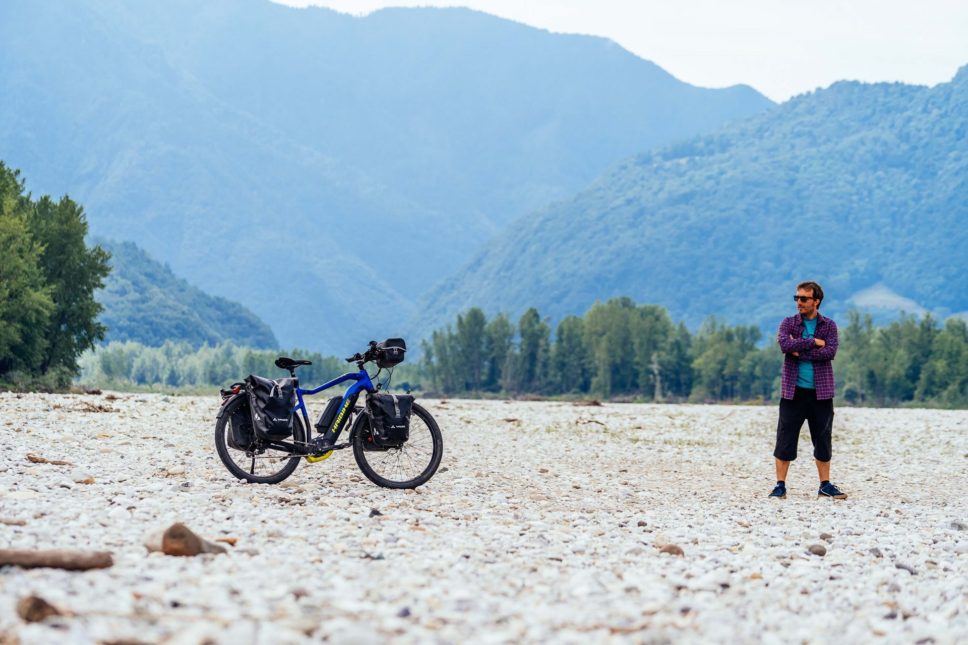 Haibike Hero Maximilian Semsch next to his bike in front of mountains