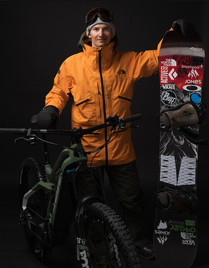 Portrait image of Haibike Hero Victor Delerue with his Haibike AllMtn 6 and his snowboard